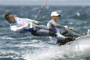 男子470級に出場した岡田(右)、外薗組=江の島ヨットハーバー沖