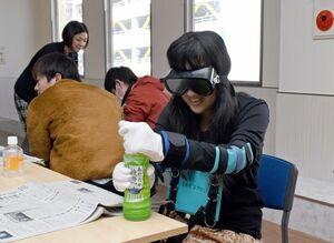ゴーグルや手袋を着けて、日常生活の動作を体験する生徒=佐賀市のKTCおおぞら高等学院佐賀キャンパス