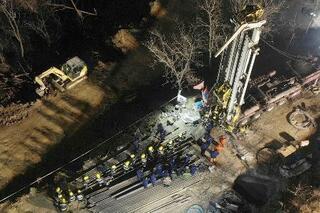 中国の金鉱爆発1週間、生存確認