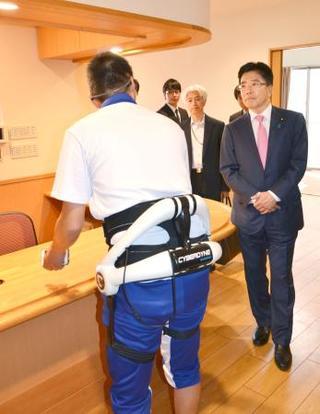 厚労相、ロボ活用の介護現場視察