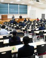 試験開始を待つ受験生=佐賀市の佐賀大本庄キャンパス