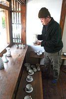 小池卓さんと川本太郎さんが制作した日常使いの器が並ぶ会場=佐賀市天神のギャラリーイバ