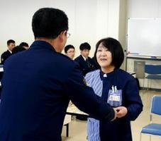 ニセ電話詐欺被害を防止し、原田昌明署長から感謝状を贈られる岩永一代さん(右)=唐津警察署