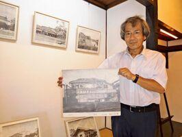 赤松小校区の建物を描いた篠原司さん=佐賀市与賀町の山口亮一旧宅