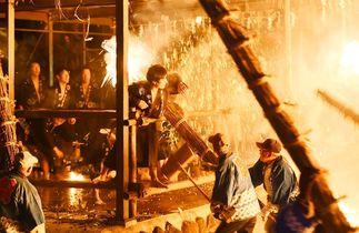 火の粉舞う中、男衆攻防 伊万里で…