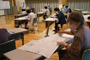 出前授業で、新聞の特徴などについて学ぶ受講者=佐賀市久保田町の久保田保健センター
