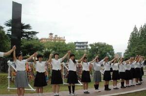 原爆中心碑を囲む「人間の鎖」に高校生平和大使として加わった当時の吉田澪さん(左端)=2012年8月9日、長崎市の爆心地公園
