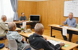 反対運動の経験などを伝える森上雅昭さん(右)=佐賀市川副町の南川副公民館