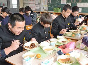 太良町産「金星佐賀豚」を使った給食に笑顔を見せる生徒たち=多良中学校