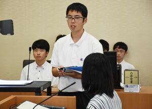 弁護人として反対尋問をする南山高2年の濵田和史さん=佐賀市の佐賀地裁