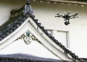 大阪城の「六番櫓」を撮影する小型無人機=5日午前