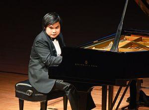 自作曲からドビュッシーやショパンなど幅広く演奏したピアニストの辻井伸行さん=佐賀市文化会館