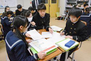 話し合った予算案をワークシートに書き込む生徒ら=佐賀市の佐賀大附属中