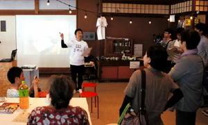 陶器店2階を改装したシェアハウスで、掛かった費用などを説明する佐々木元康さん=有田町上幸平