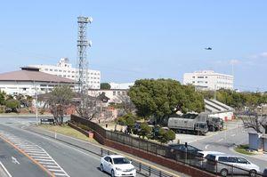 神埼郡吉野ヶ里町の陸上自衛隊目達原駐屯地。所属するヘリの墜落事故後、一部飛行を再開したヘリが離着陸している
