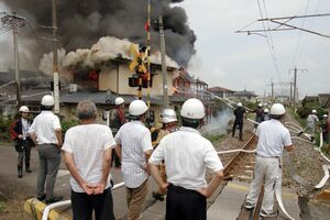 消火作業をする消防関係者=鹿島市浜町(読者提供)