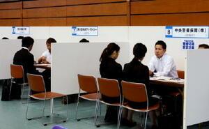 県内就職希望者を対象とした面接会。企業の担当者が丁寧に事業内容を説明した=佐賀市の県総合体育館