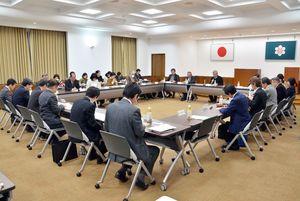 初会合を開いた佐賀県医療的ケア児等支援連絡協議会。看護師、相談員の養成強化や各分野の連携促進の必要性が共有された=佐賀県庁