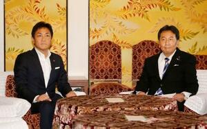 会談に臨む国民民主党の玉木代表(左)と立憲民主党の枝野代表=5日午後、国会
