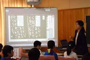 児童がタブレット端末に書いた「マイ黒板」の内容は電子黒板に表示され、クラスみんなで話し合う