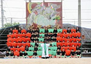 「心」の文字とハートマークを緑と赤のタオルで表現した佐賀農業高食品科学科の生徒ら=白石町の佐賀農業高