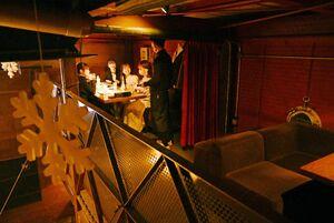 料理を注文する来店客。金曜の夜だが、店内は空席が目立った=佐賀市中央本町のダイニングバー「ダイニング&テラス86」