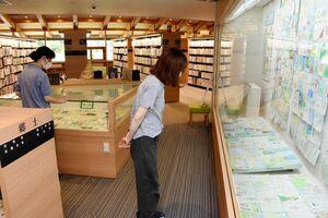 基肄城や周辺の風景を描いた絵はがきが飾られている展示会=基山町図書館
