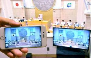 インターネット中継を始めたみやき町議会。ネット接続環境があれば、スマートフォン(左)などでも視聴できる=みやき町議場