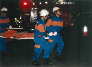 夜間の防火訓練では、担架でけが人を搬送