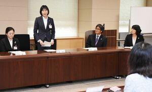 青年海外協力隊として出発を小林万里子副知事に報告する隊員ら=佐賀県庁