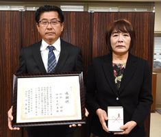 感謝状を受け取った御厨悟さん(左)と妻の喜代美さん(右)=佐賀市の佐賀南警察署