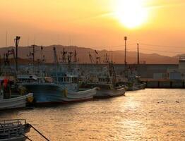 夕暮れ時を迎えた請戸漁港に停泊する漁船=12日、福島県浪江町