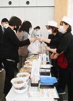 飲食店を応援する弁当などの合同販売=神埼市役所本庁