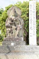 施設内の通路の途中にある慈母観音像。抱かれている赤ちゃんが受刑者に見たてられている=鳥栖市山浦町の麓刑務所