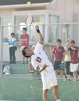 テニス男子団体決勝・早稲田佐賀-佐賀西 サーブを打つ半藤伯馬=唐津市の松浦河畔公園庭球場