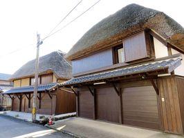 一棟貸し出し型のゲストハウスとして整備する予定の旧橋本家(右)=鹿島市肥前浜宿