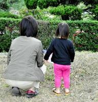 里親の女性(左)は「愛情を注ぐことが、この子の将来に役立てば」と考えている=唐津市