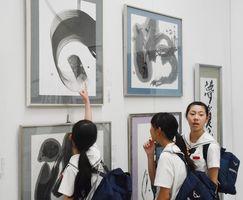 作品の感想を述べ合う中学生ら=佐賀県立美術館