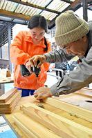 作り方の指導を受けてイスを作る小中一貫校富士校中学部の生徒(左)=佐賀市の同校