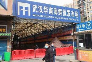 """新型肺炎の""""発生源""""とみられ、閉鎖されている中国湖北省武漢市の海鮮市場=17日(共同)"""