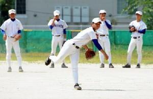 甲子園でベンチ入りを果たした3年生の石川翔平(中央)=同校グラウンド