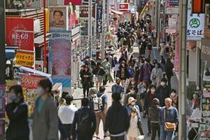 東京・原宿の竹下通りを歩く人たち=10日午前