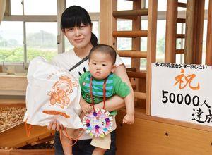 来館5万人目の吉田聡真くんと母の充子さん=多久市児童センター