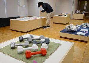 触って楽しめる焼き物が並ぶ有田陶交会展=有田町の九州陶磁文化館
