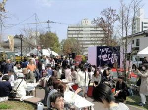 多くの来場者でにぎわった昨年のお肉deさがん酒フェス=佐賀市唐人町の東線広場