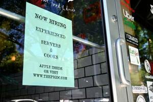 人手不足で従業員を募集するレストランの張り紙=16日、米ワシントン(共同)