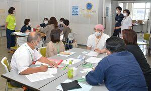 マスクとフェイスガードを着用して行われた失語症者の意思疎通を支援するための研修会=佐賀市のアバンセ