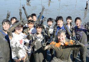 泥んこになって遊んだ生徒たち=鹿島市の道の駅鹿島