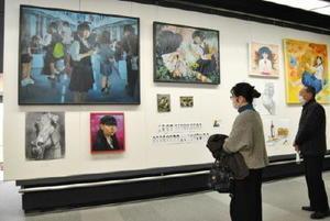 佐賀北芸術コース美術専攻の卒業生らによる制作展。100号の大作も多く並ぶ=佐賀市の県立博物館