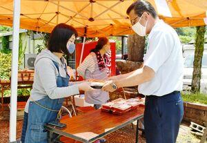テイクアウト弁当を販売する旅館の女将(左)=佐賀市富士町